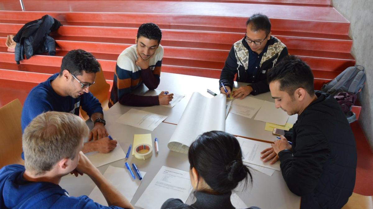 Studierende lösen gemeinsam eine Aufgabe