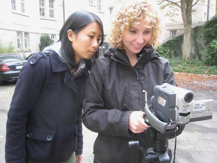 """Teilnehmerinnen des Workshops """"Videofilmen leicht gemacht"""" beim Experimentieren."""