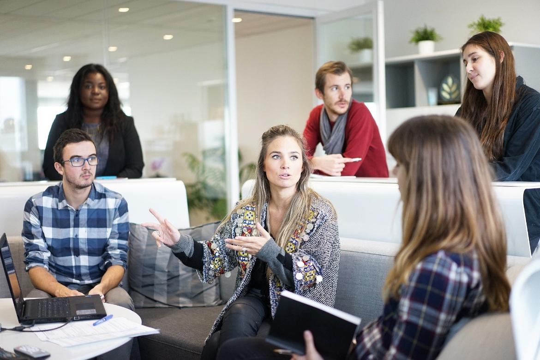 Männliche, weibliche und internationale Studierende im gemeinsamen Gespräch
