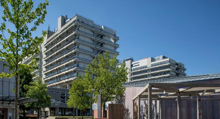Campus Vaihingen mit den Hochhäusern Pfaffenwaldring 55 und 57.